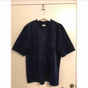 Tjock och mysig t-shirt från Adidas Originals. Mjukt material. Använd ett fåtal gånger. Passar allt från small till large, beroende på hur man vill att den ska sitta.