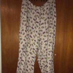 Söta pyjamasbyxor i mjukt material med ett gulligt frukostrelaterat tryck/mönster på! Väldigt sköna🌸