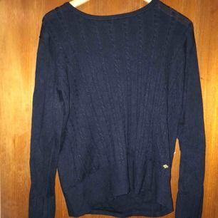 Supermjuk marinblå stickad tröja från märket Cappuccini! Perfekt på vintern, våren och hösten! 🌸