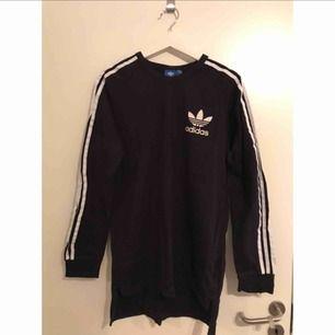 Snygg tröja från Adidas Originals. Logga i mjukt filtmaterial. Bra skick.