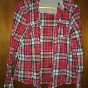 Snygg skjorta som går att klippa av och att knyta i midjan. Ganska tunt och mjukt tyg så perfekt nu till våren🌸
