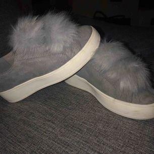 Ett par steve madden skor med tussar i färgen grå, i strl 36. Är normal i storleken. Frakten ligger på 66 kr