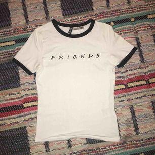 Friends tröja använd endast 1 gång, köpt för 100kr i men är tyvärr för liten. Frakt blir 25kr!
