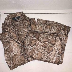 Säljer denna fina pyjamas från Missguided. Endast testad & säljer pga för liten. Köparen står för frakt annars mötas upp i Eskilstuna😇