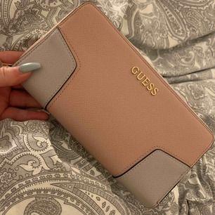 Äkta guess plånbok. Baby rosa / ljus rosa & grå. Väldigt fin i verkligheten. Aldrig använd. Fick 3 plånböcker i julklapp & kan inte ha kvar alla.