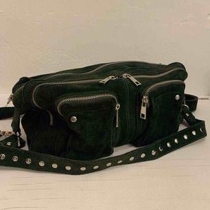 Säljer min väska från nunoo. Det är den stora storleken i mörkgrön mocka. Den är sparsamt använd och nypriset är 1600kr