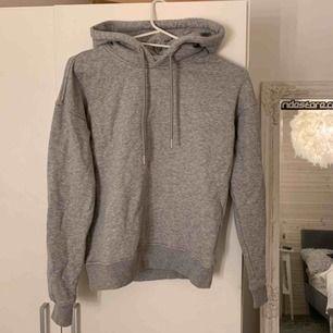 En helt vanlig basic grå hoodie, passar till allt!! Den är ifrån Urban Classics och i mycket bra skick, inga fläckar eller något sånt⚡️ om den ska fraktas ligger frakten på 59kr