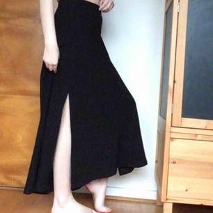 Svart långkjol. Lårhöga slitsar i båda sidorna. Jag är 167 cm lång och på mig når den ner till anklarna. Lite stretchig i midjan. Kan mötas upp i Stockholm eller skicka! Köpt på 2hand i somras och har aldrig använt den själv