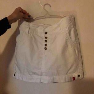 Jättefin kort vit kjol från Esprit! Sportig kjol med fyra fickor! Oanvänt skick!