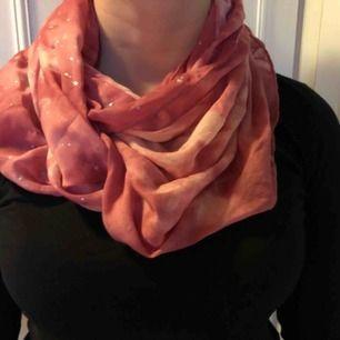 Otroligt skön tubascarf i fina rosa nyanser med silverdetaljer!