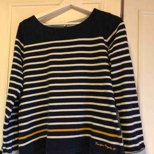 Superfin tröja med skjortimitation vid armen! Klassisk stil som funkar till allt.