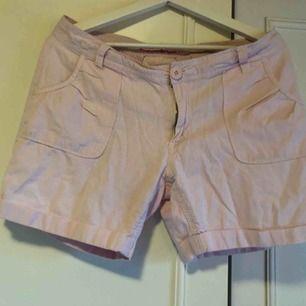 Klassiska randiga shorts i fin rosa färg! Fickor fram och bak, samt snyggt uppvikta!