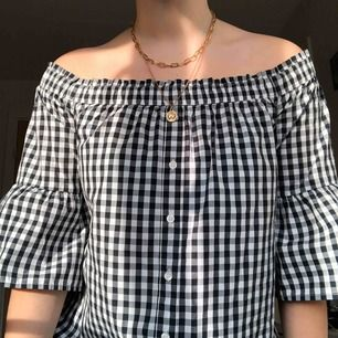 Jättefin rutig off-shoulder blus från Abercrombie & Fitch. Köpt för ett par år sen men knappt använd, säljer på grund av den är för liten för mig. Nypris ca 400 kr. Köparen står för frakt, men är väldigt lätt så borde vara ganska billigt :)