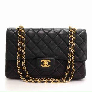 Intressekontroll på min svarta Chanel (ej äkta men i läder) storlek M. Inköpt för 6000kr. I guld.