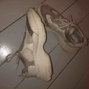 Supersnygga, trendiga, vit/gråa chunky sneakers i storlek 39 (jag har vanligtvis 38). Knappt använda och jättesköna! Priset är 270 kr inkl frakt om man inte kan mötas upp i Gbg!💖💖