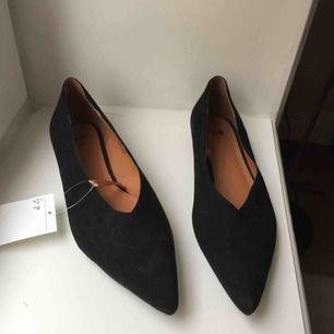 Supersöta skor! Aldrig använda prislapp kvar! 100 kr/st för alla skor nu. Frakt 65 kr ✨