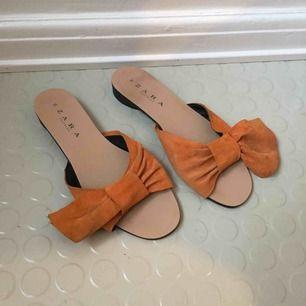 Söta sandaler! Läder eller läderimitation, vet ej. 100kr/st för alla skor nu! Frakt 65 kr ✨
