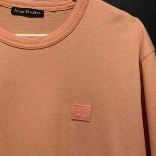 Säljer Acne Studios t-shirt i storlek XS men passar även S. Oanvänd, nyskick. Nypris är 1100kr men säljer för 650kr 🤩