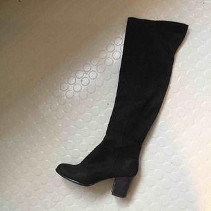 Snyggaste stövlarna! Läderimitation. Svarta. 100 kr/st för alla skor just nu. Frakt 65 kr ✨