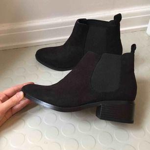 Snygga boots! Sparsamt använda! Alla skor 100kr/st just nu! Frakt 65 kr ✨