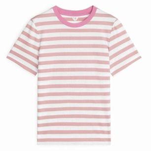 Säljer denna supersnygga T-shirten från Arket. Säljer för att den är för liten. Den är liten i storleken så skulle säga den är en M. Ny skick - använd Max 2 gånger.