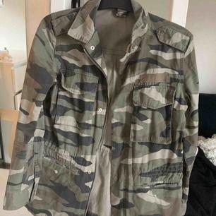 Vårjacka i camouflage mönster! Använd en sommar.