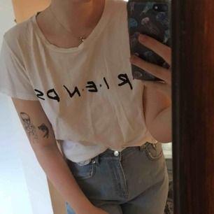 Friends tröja från HM. Bra skick behöver bara stryckas haha. Säljs pga att jag har för många vita tshirts 😆  Frakt tillkommer!