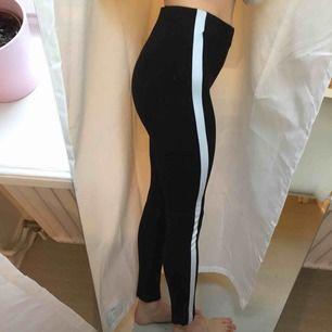 Supersnygga leggings från Zara i tjockt material, mycket sköna! ✨ frakt 66 kr