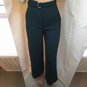 Härliga mörkgröna byxor i tunnt material med vida ben och lite kortare längd (jag är 1.65). Supersvala och sköna perfekta till våren! sparsamt använda, fint skick!✨frakt 66 kr