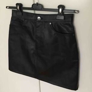 En sjukt snygg skinnkjol från H&M! I storlek 36, helt ny och oanvänd. Fråga för fler bilder! ❤️ Såklart inte genuint läder.