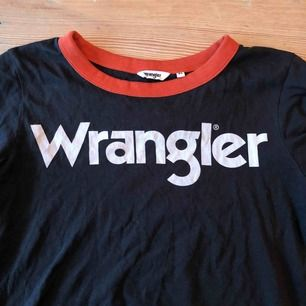 Säljer denna t shirt från Wrangler i nyskick, endast använd en gång, jätteskön och stretchig i materialet. Kan mötas upp i Umeå eller så kan jag skicka den men då står köparen för frakten☺️