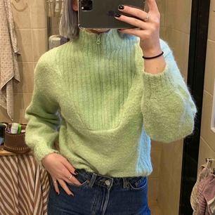 Säljer min jättefina stickade tröja från Weekday då jag tycker den är lite för kort i ärmarna. Den är i bra skick och nypris va 500kr. Frakt ingår i priset🥰