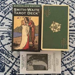 Superfin tarotkortlek. Den klassiska  Waite Smith centennial edition, men borderless! Denna är endast öppnad, jag har bara tittat igenom den. Superfin och i nyskick! Frakt ingår.