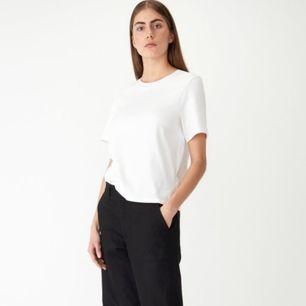 Tshirt i mjukt och skönt lite tjockare material från Carin Wester. Storlek M, passar lite oversized på mig som har M. Använd typ 4-5 gånger, fint skick! Nypris 250 kr