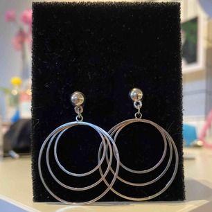 Ett par jättesnygga örhängen från Glitter. Köptes i somras och är använda en gång, men får aldrig användning för de längre!