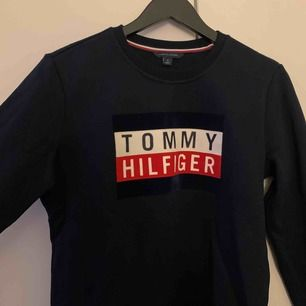 Tommy Hilfiger tjocktröja som är köpt för 1300. Säljer för jag har aldrig använt den, alltså är den i väldigt bra skick. Fraktar endast så frakt tillkommer