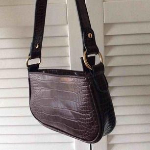 En superfin minibag från Asos! Tror denna färg inte säljs längre. Sparsamt använd 🤍 Frakt ingår ej i priset.