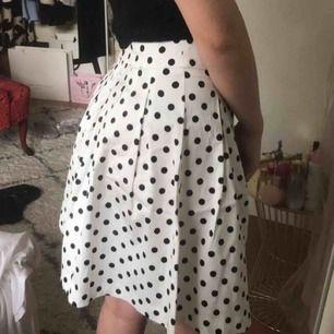 Väldigt fin prickig kjol som är högmidjad och går ner till knäna❤️😍   Köparen står för frakt