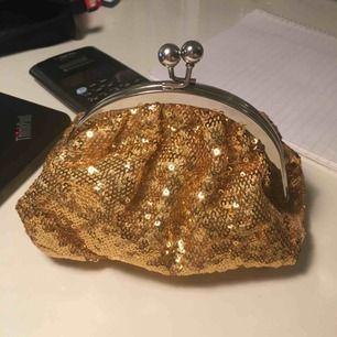 En liten väska som passar perfekt till bal eller liknande. Köparen står för frakten!