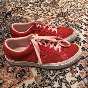 Ett par rosa/röda one star converse i jätte fint skick. Endast endast använda några få gånger. Köpte skorna för 600kr. Köparen står för frakt.