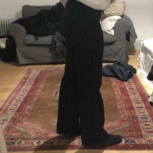 Ett par jättefina byxor i randigt mönster som är köpta på Humana. De har tyvärr blivit för små så därför jag säljer de. Köpare står för frakt!
