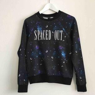 Space-tröja från H&M i storlek XS. Använd 4-5 gånger så den är i mycket fint skick🌌 frakt tillkommer på 42kr eller mötas upp i Karlstad!