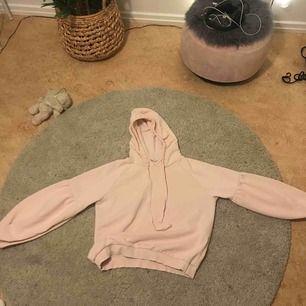 En hoodie med ballonärmar, storlek M men är liten i storleken! Fin ljussrosa färg och sällan använd, kommer från club xprs