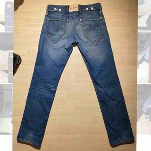 Vanliga Levis jeans, raka tror jag o passar till allt liksom, bra skick inga hål eller nått. Runt storleken 30/30 skulle jag gissa, kan inte hitta någon storlek.