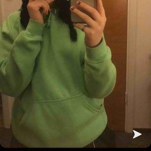 Grön hoodie från BikBok, den är jätteskön osv, har en liten fläck som man ser på sista bilden som inte har gått bort dom senaste tvättarna men på nåt sätt kan man säkert få bort:) skriv om du e intresserad 💕