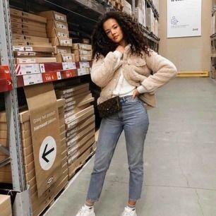 Jeans från Monki köpta här på Plick, visade sig dock vara i fel storlek när de kom 🙈 bilderna är lånade från Monkis hemsida! 👆🏼 byxorna är i gott skick 😘👌🏼 Byxorna är i modellen Kimomo, High Relaxed