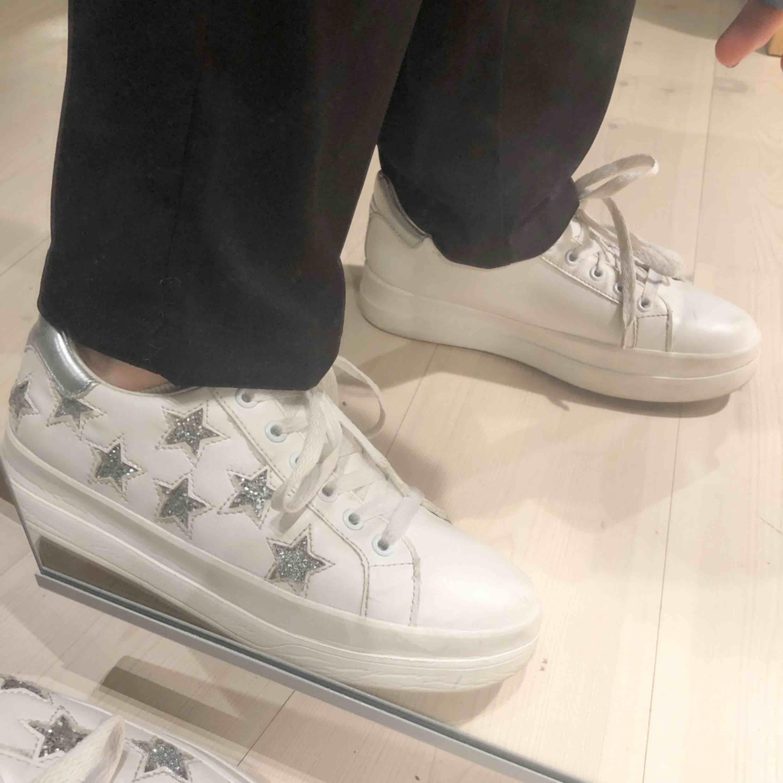 Säljer riktigt snygga och nice skor som tyvärr är för små:( väldigt tråkigt faktiskt. Använda vid några få tillfällen, bra skick. Köpta på zalando märket heter refresh! Skriv för fler bilder, köparen betalar frakt!💕💕möts upp i stockhom. Skor.