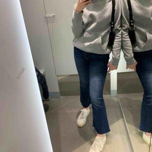 Säljer dessa as snygg jeans från zara. Endast använda 3 ggr. Säljer även 4 olika färger i denna modell. Så snygga och passar till allt