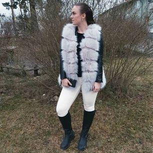 Ljusgrå faux fur vest från Urban mist i Strl.M . Endast använd 2ggr. Som ny! Säljes pågrund av att jag knappt använder den. 🌸