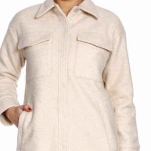 SÖKER overshirt i beige/ vitt i ull